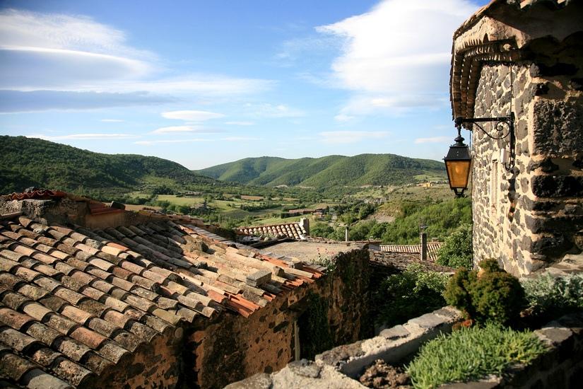 Ardeche Blick auf das Tal mit Dorf