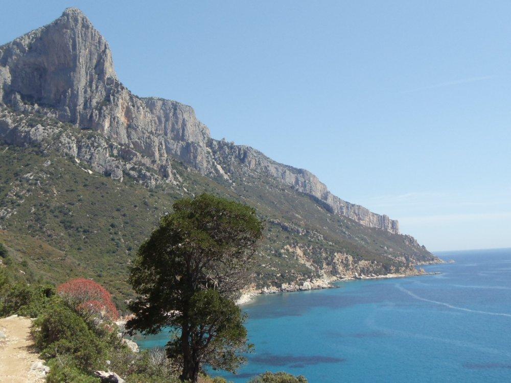 Küstenblick an Sardiniens Ostküste