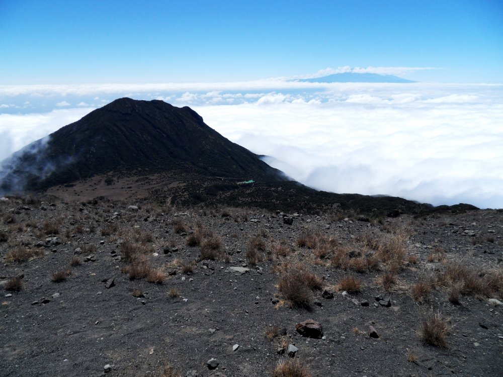 Mount Meru umgeben von Wolken