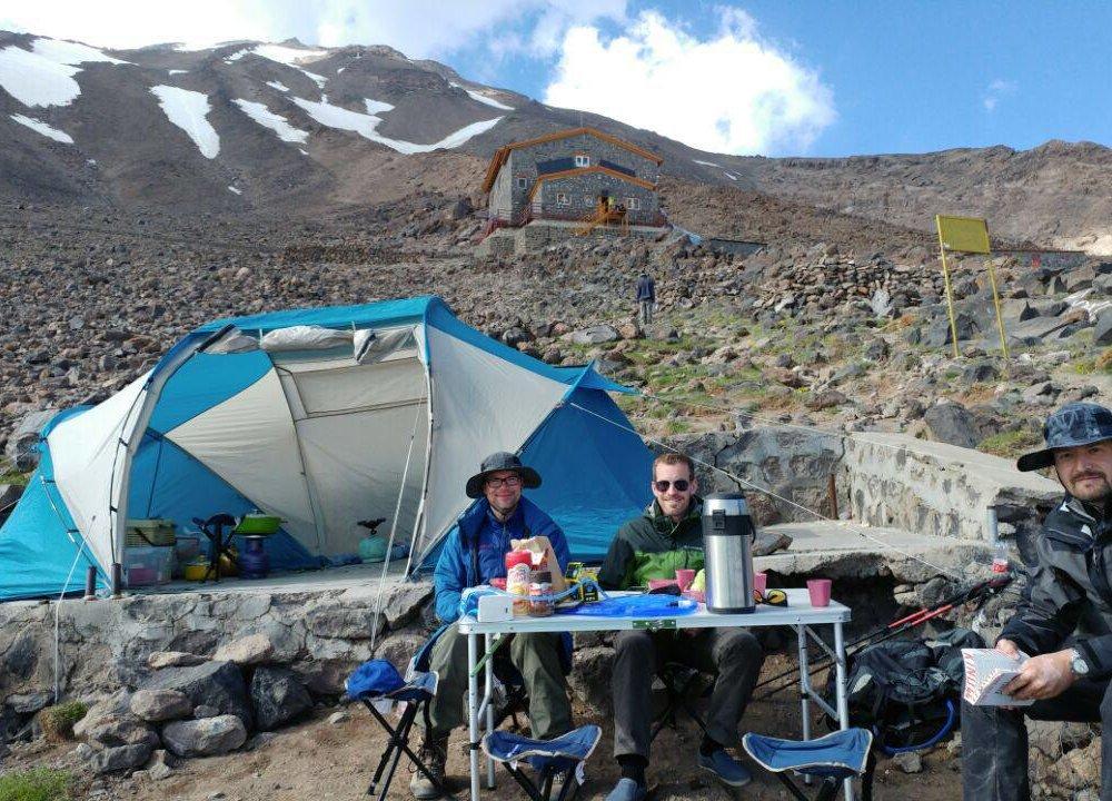 Eine Wandergruppe genießt den Nachmittag im Camp