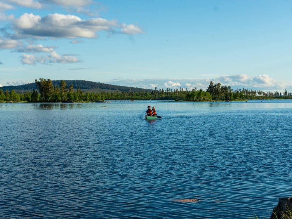 Paddeln auf dem See in Schweden bei Sonne