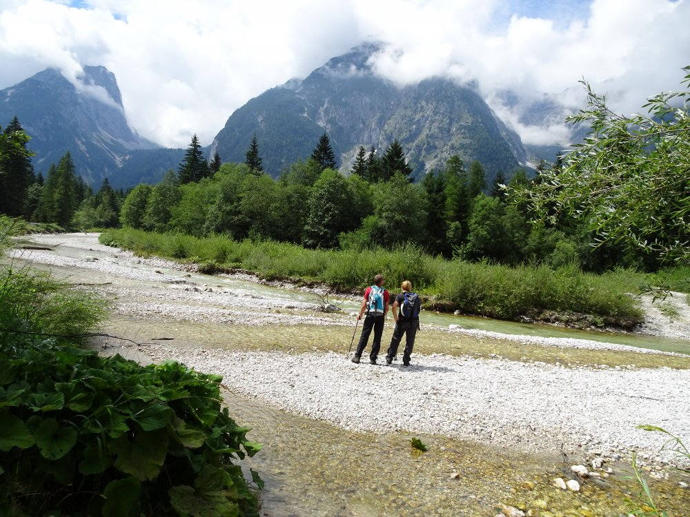 Wanderer an einem Fluss bei der Zugspitze