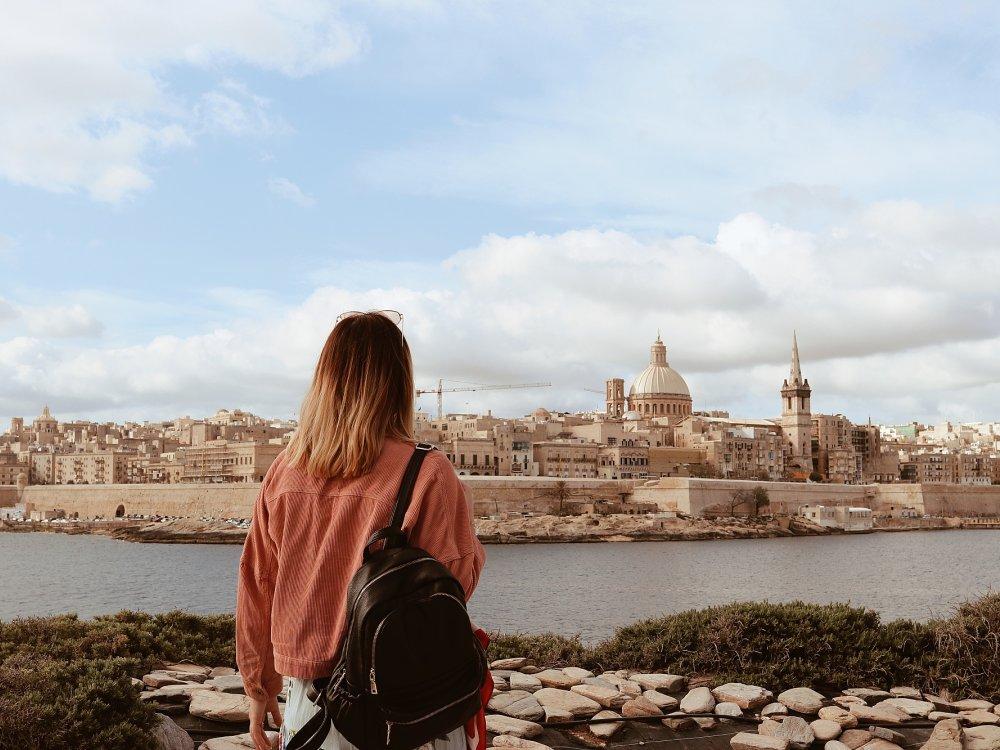 Reisende blickt auf Valletta