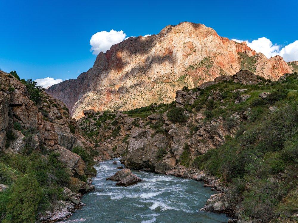 Berge und Fluss in Iskanderkul