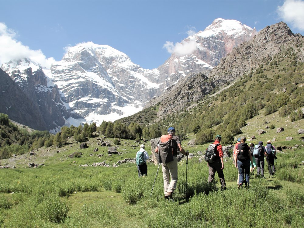 Wandergruppe unterwegs in der Bergwelt des Fan Gebirges