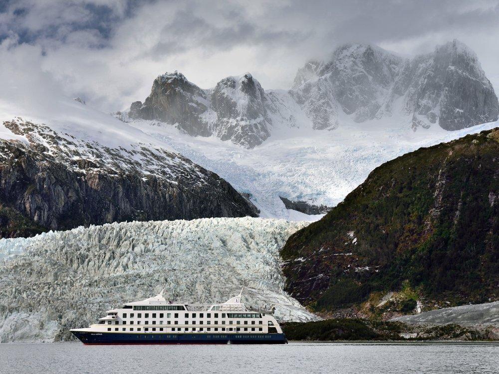 Schiff vor Gletscher