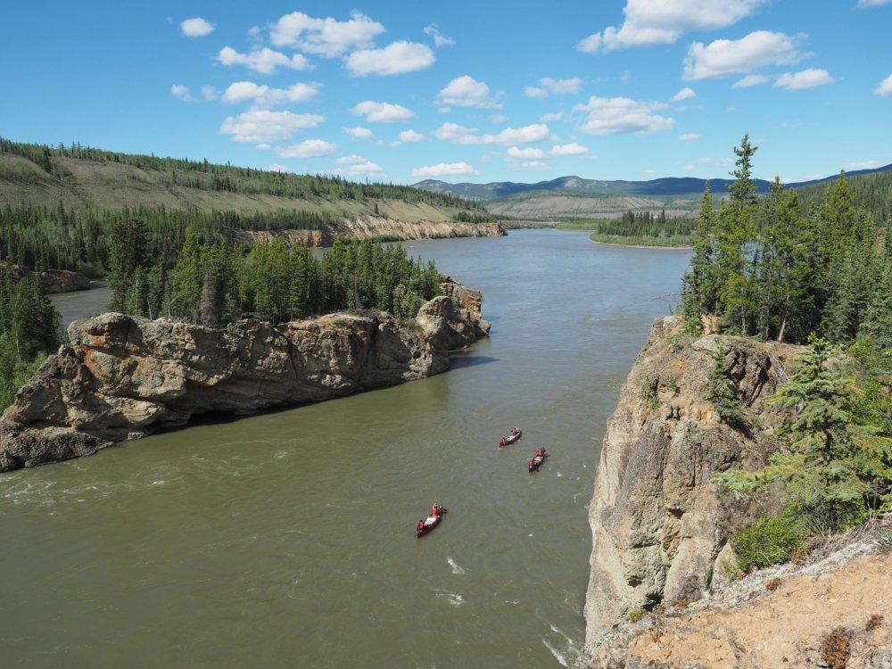 Kanufahren im Yukon in der Nähe der Five Finger Rapids