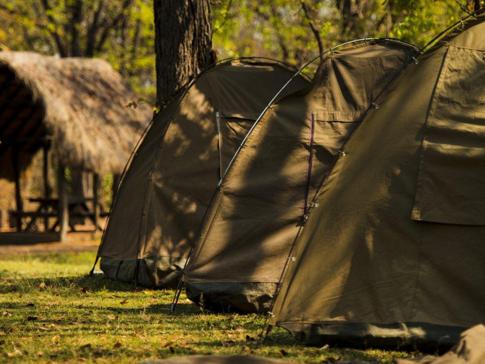 Aufgebaute Zelte beim Camping in Afrika