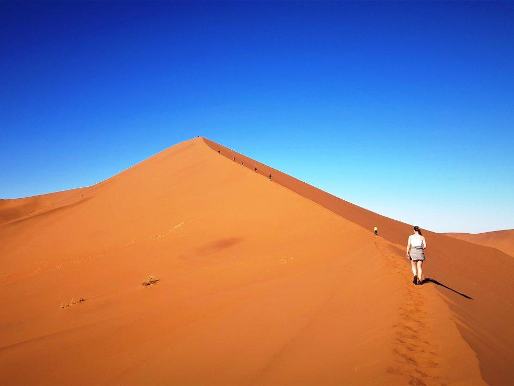 Aufstieg auf eine Düne im Sossusvlei