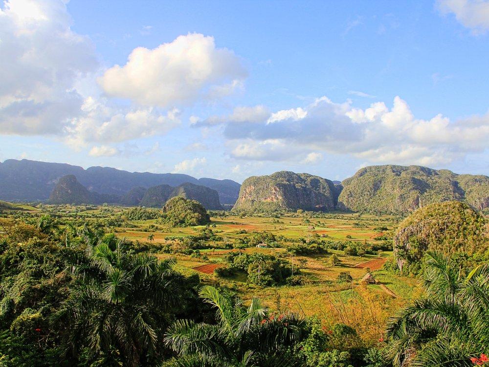 Landschaft im Vinales Tal mit den typischen Mogotes