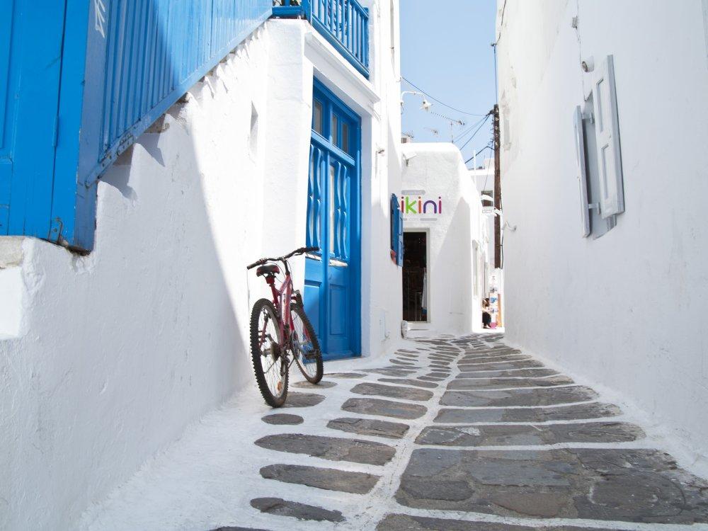Mykonos kleine Gasse mit Fahrrad