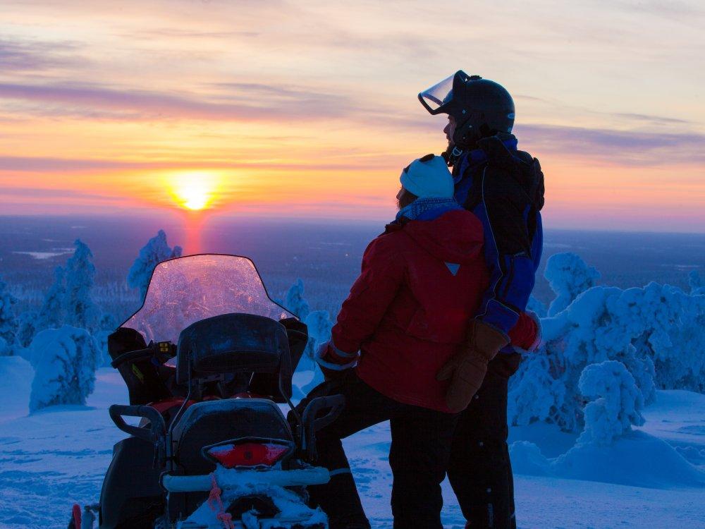 Sonnenuntergang bei Schneemobil Tour