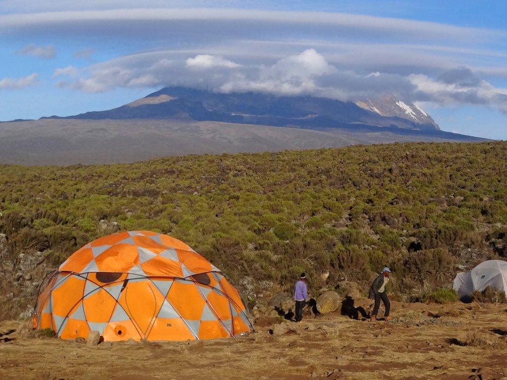 Blick Shira Camp auf den wolkenverhangenen Kilimandscharo