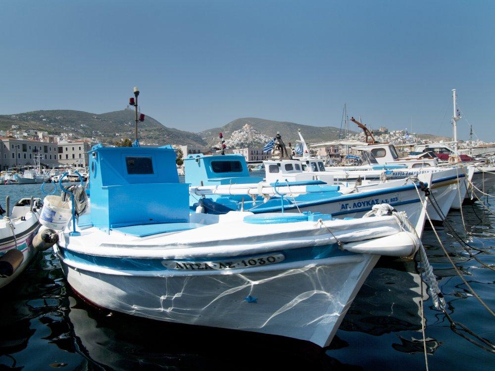Boot im Hafen von Syros Griechenland
