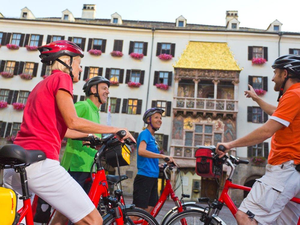 Radfahrer bestauchen Goldenes Dachl in Innsbruck