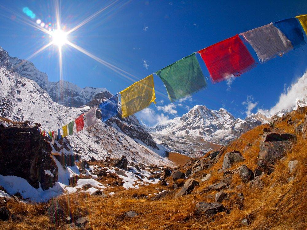 Gebetsfahnen vor der Kulisse der Annapurna