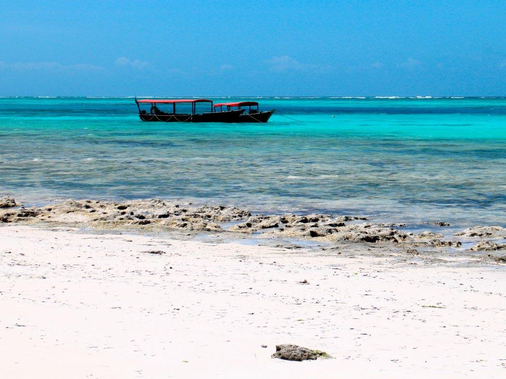 Kristallklares Meer am Strand von Sansibar
