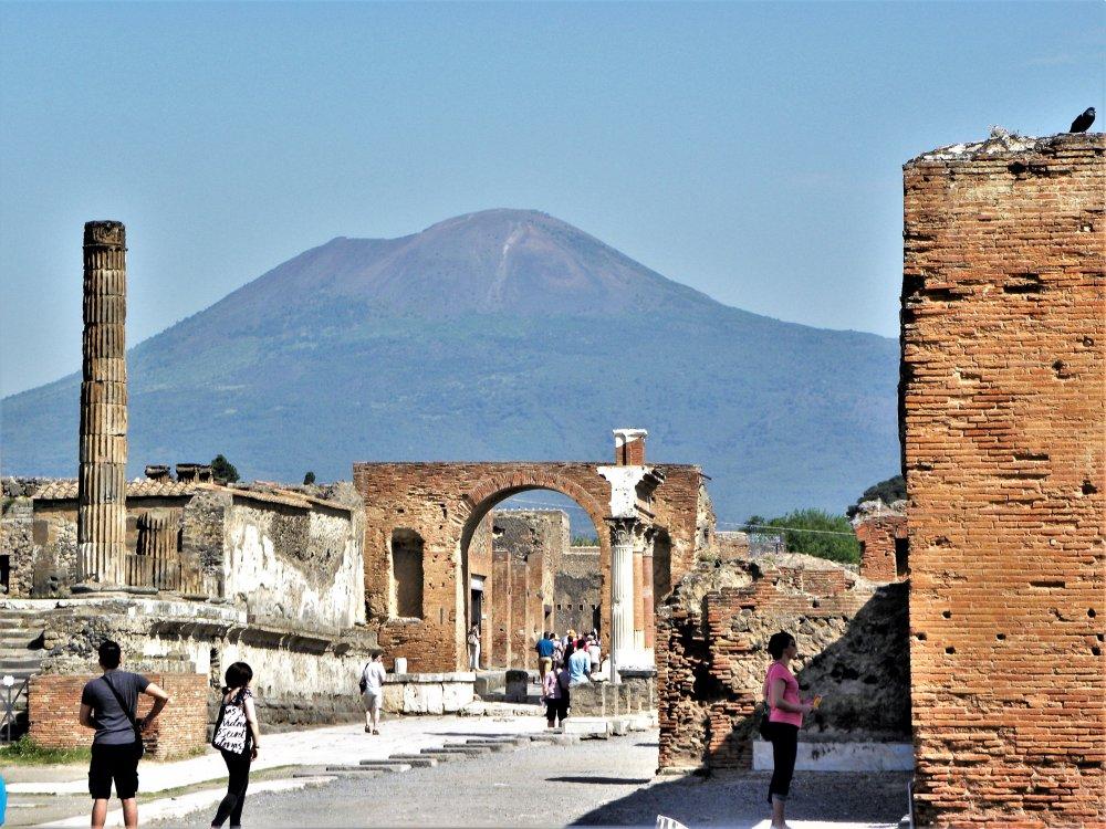 Pompeji mit Vesuv im Hintergrund