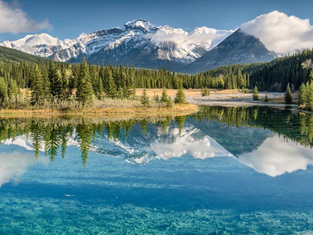 Berg spiegelt sich im See im Banff Nationalpark