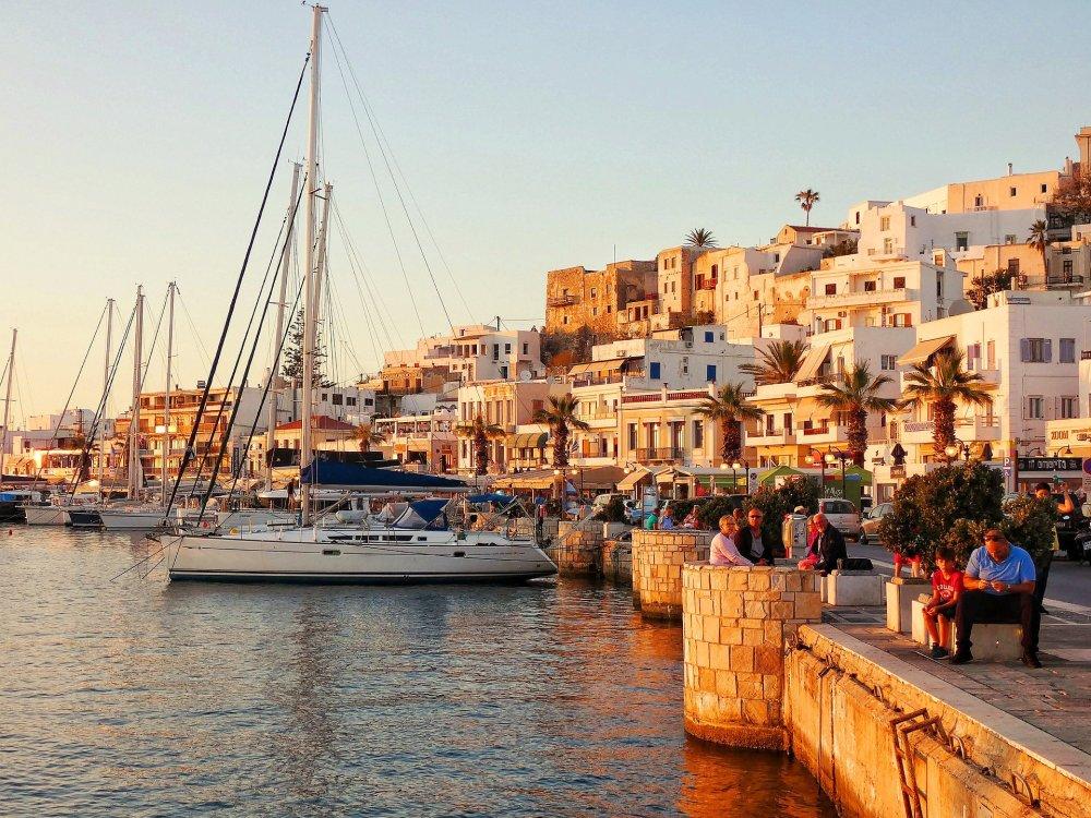 Segelboot im Hafen von Naxos