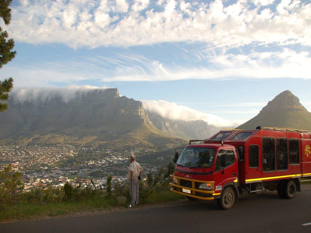 Overland Truck vor der Kulisse von Kapstadt