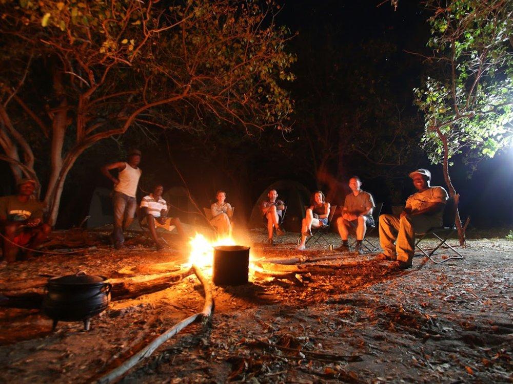 Abend am Lagerfeuer im Okavango Delta