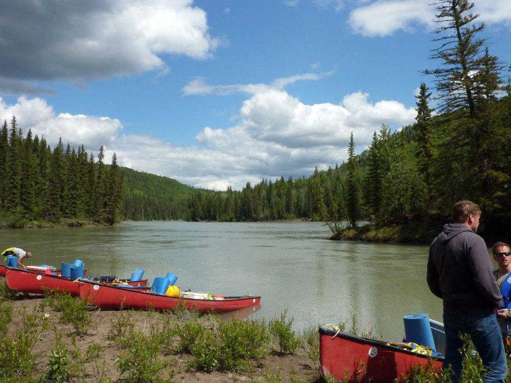 Kanu am Ufer des Athabasca River
