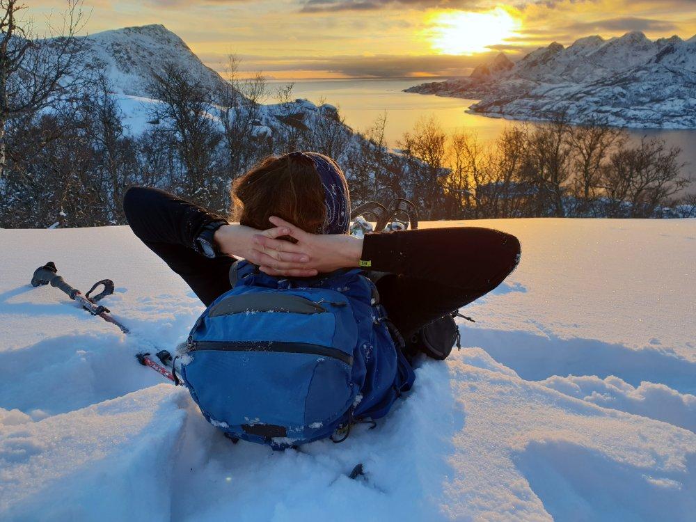 Lofoten - Entspannte Schneeschuhläuferin