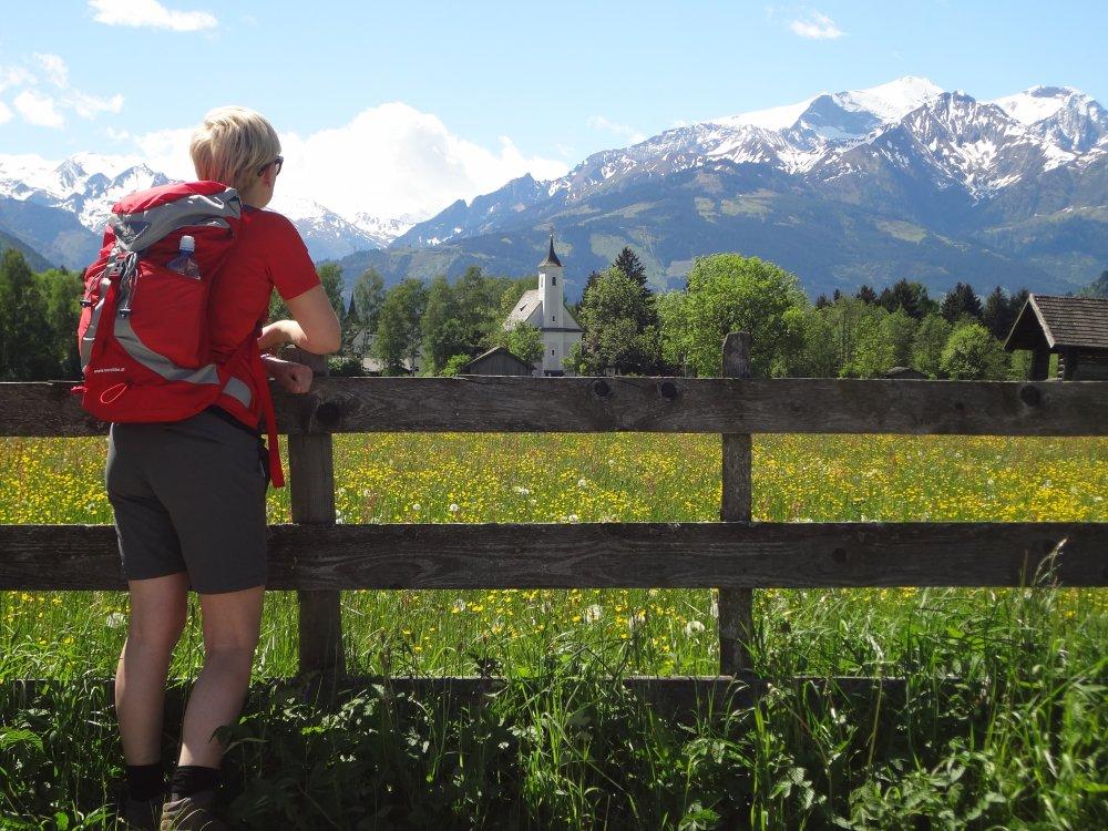 Wanderer genießt Kitzsteinhornblick