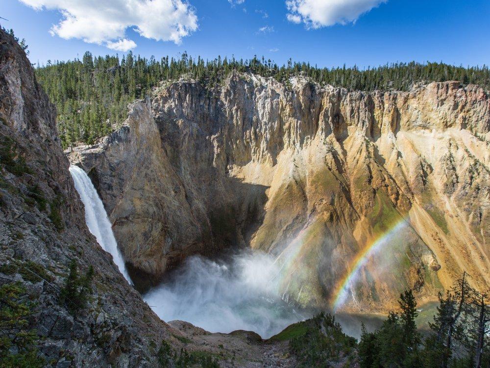 Ein doppelter Regenbogen am Wasserfall im Yellowstone Nationalpark