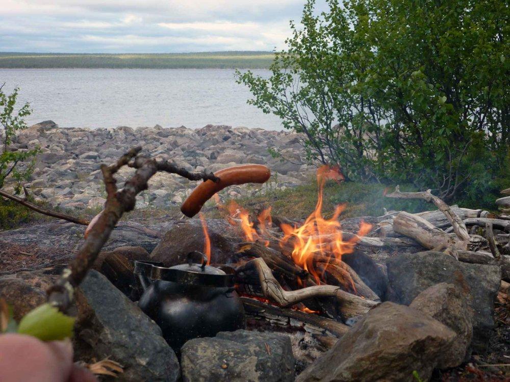 Lagerfeuer bei der Wandertour am Polarkreis
