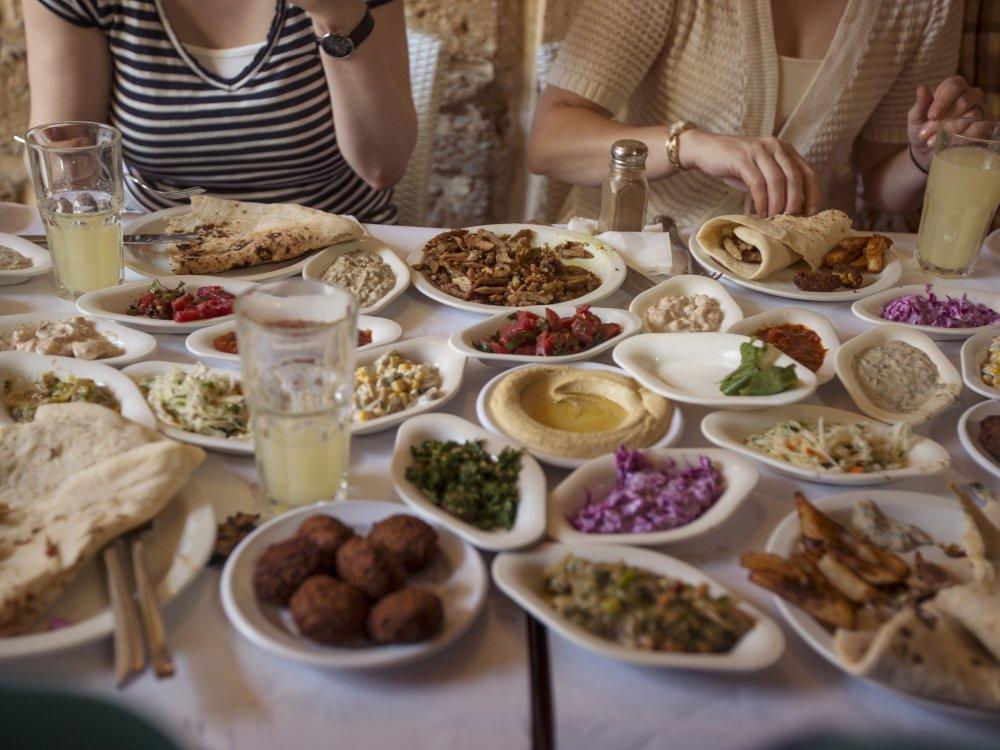 Lunch in einem Restaurant in Tel Aviv