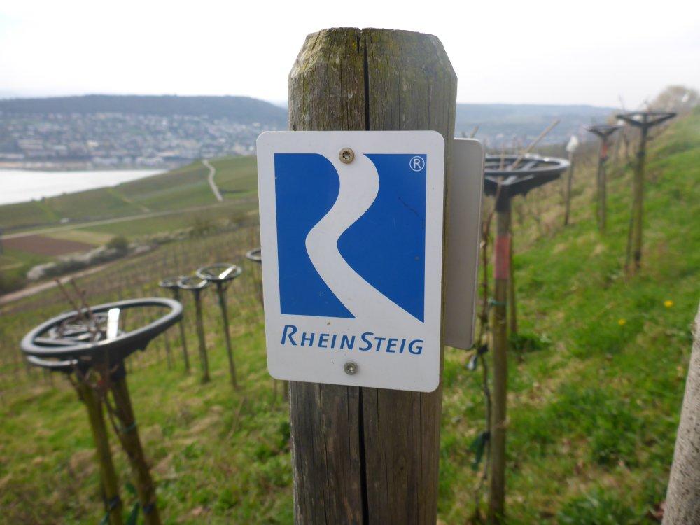 Schild am Wanderweg Rheinsteig