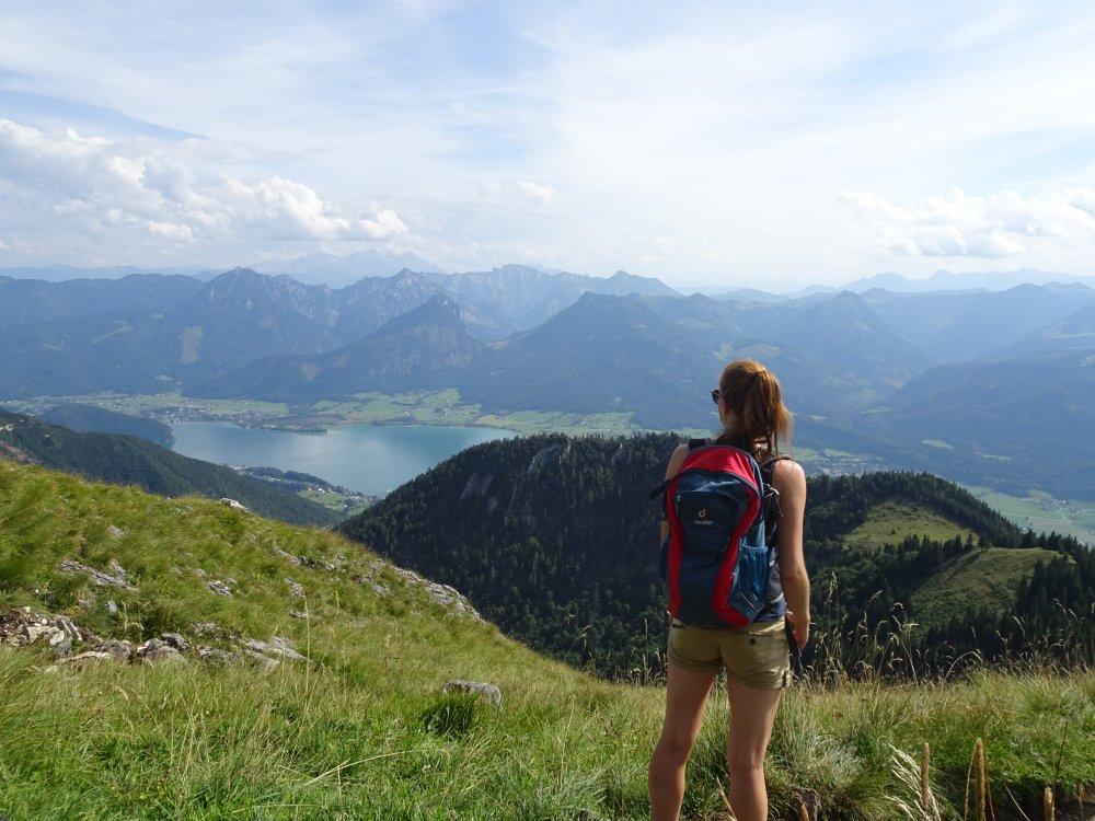 Wanderer genießt Blick auf den Wolfgangsee