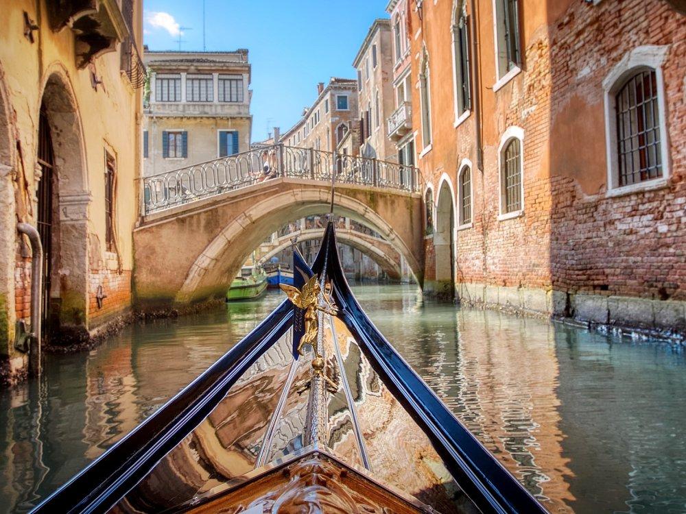 Gondel auf einem Kanal in Venedig