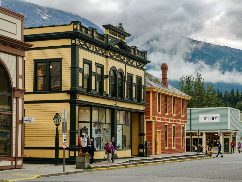 Straße mit historischen Gebäuden in Skagway