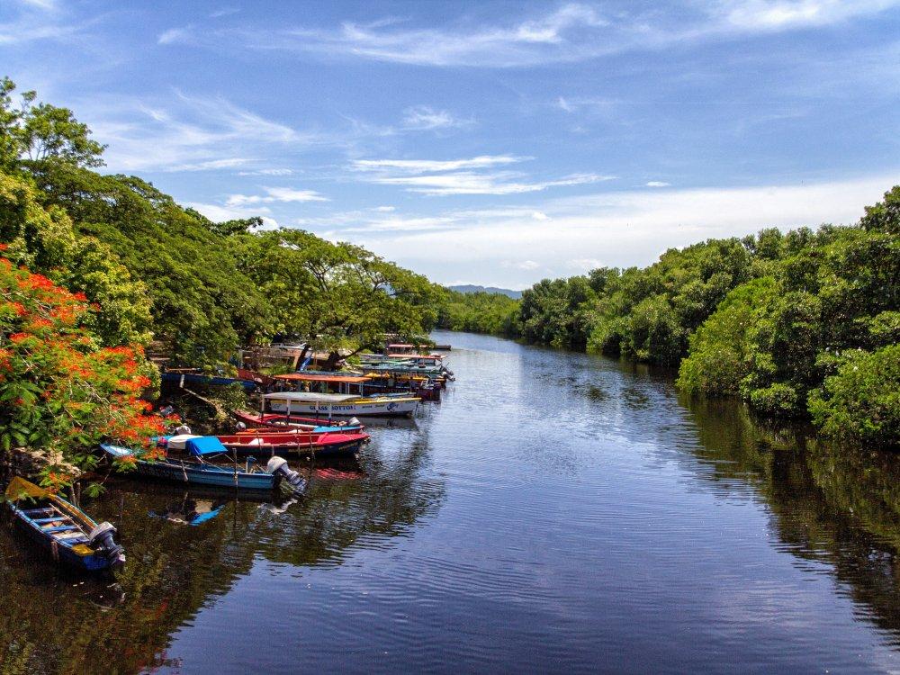 Fluss und Boote auf Jamaika