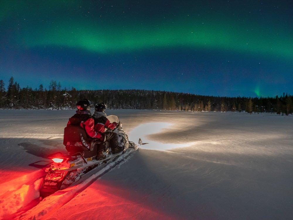Nordlichter bei Schneemobil Ausflug beobachten