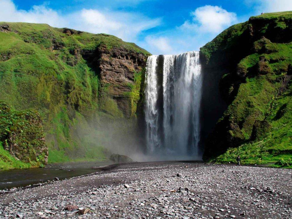 Der Wasserfall Skogafoss im Süden von Island