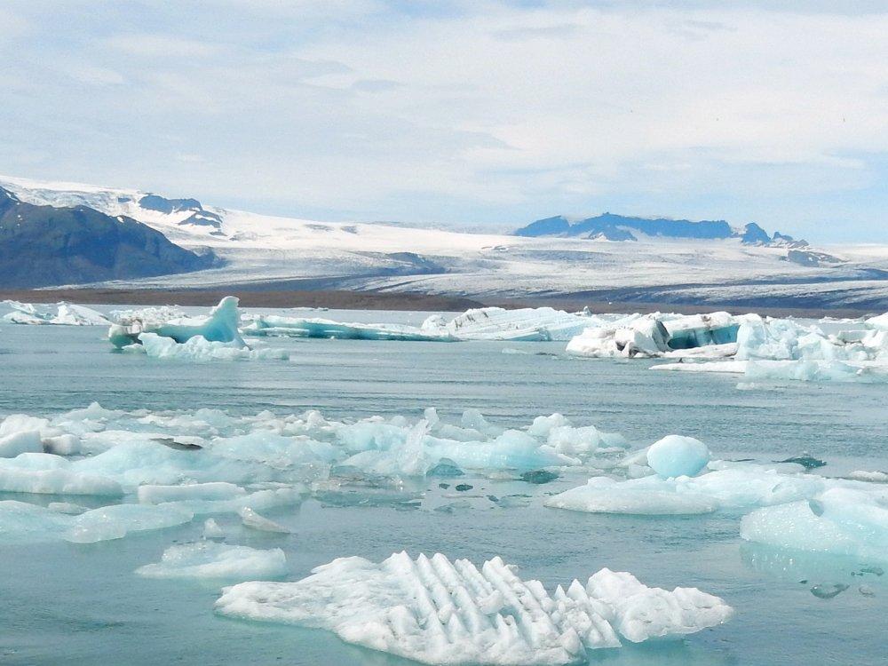 Eisberge treiben in der Gletscherlagune Jökulsarlon