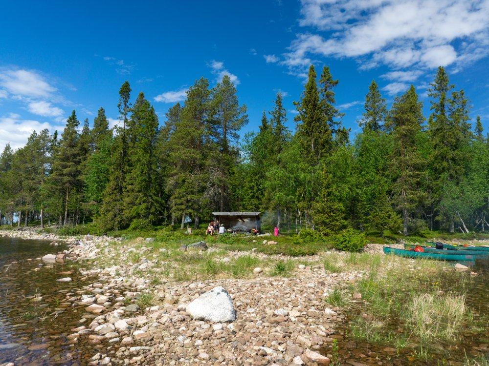 Camping bei der Kanutour in Lappland