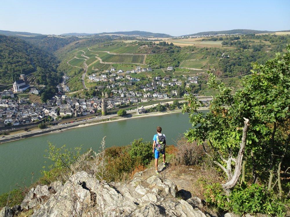 Wanderer auf dem Rheinsteig blickt auf Bacharach