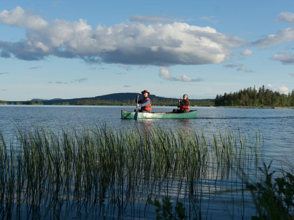 Mit dem Kanu auf dem See in Schweden
