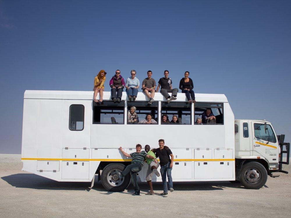 Reisende unterwegs im Overland Truck