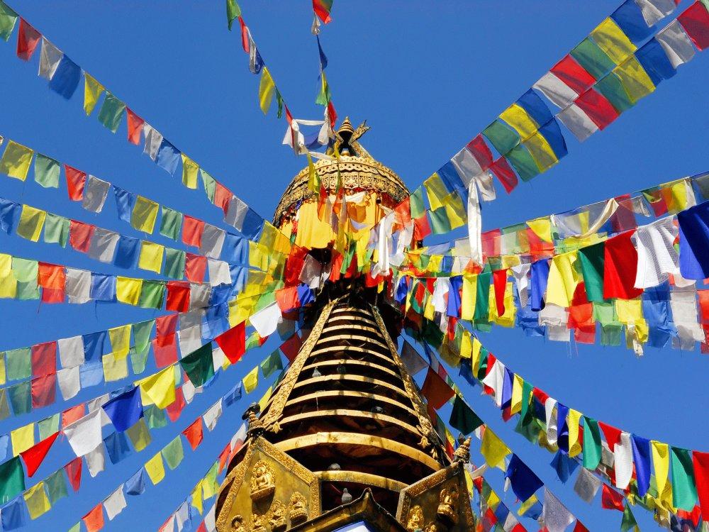 Bunte Gebetsflaggen an einem buddhistischen Tempel in Nepal