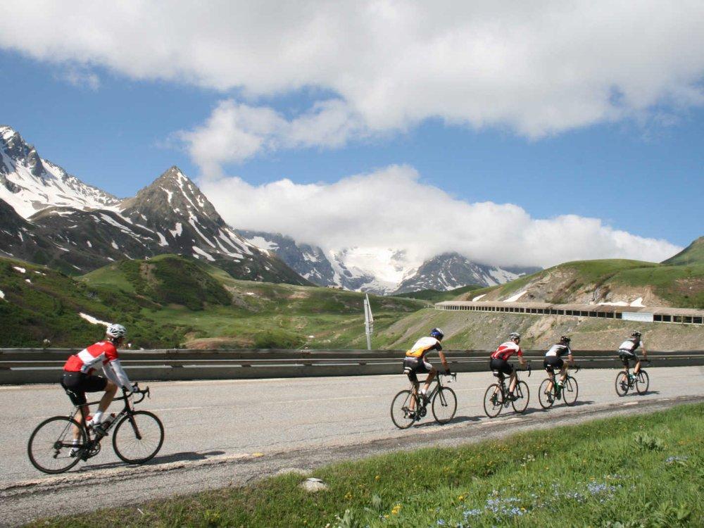 Radfahren auf Bergpass in den Alpen