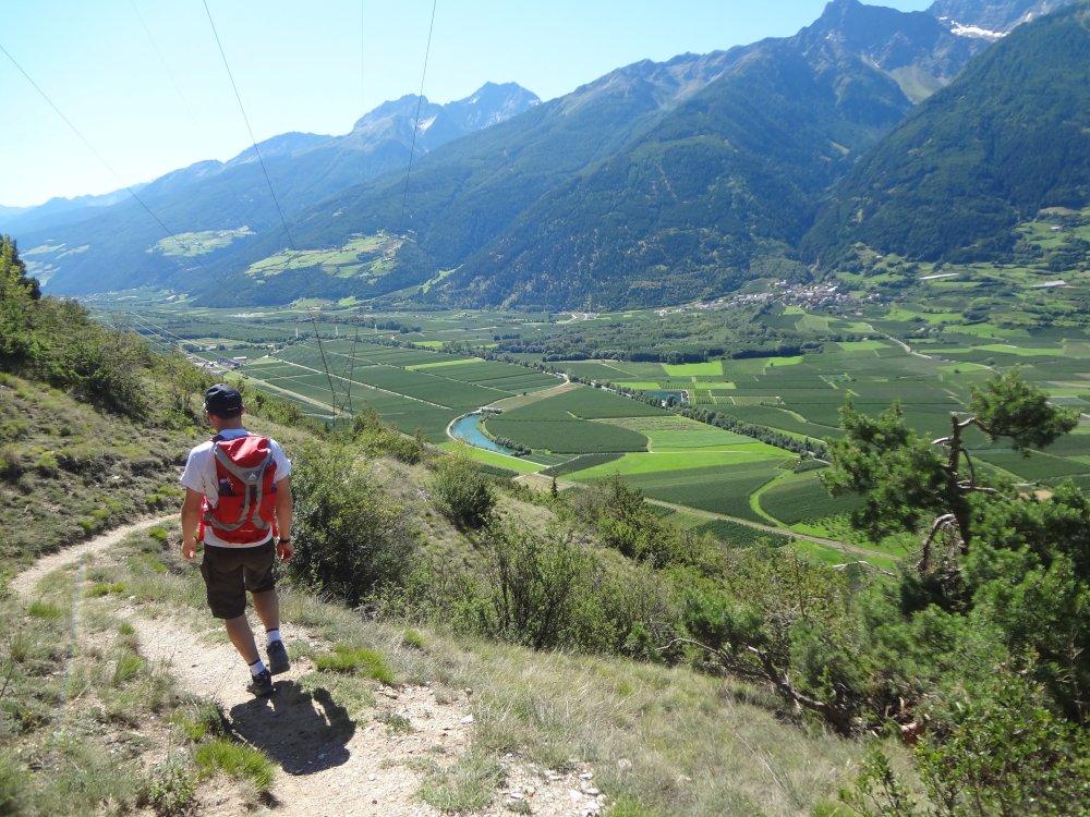 Vinschgau Panoramablick mit Wanderer