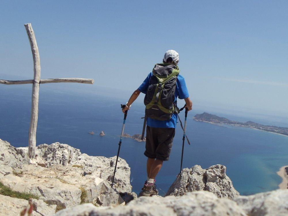 Wanderer genießt den Ausblick von einem Berg an der Ostküste Sardiniens