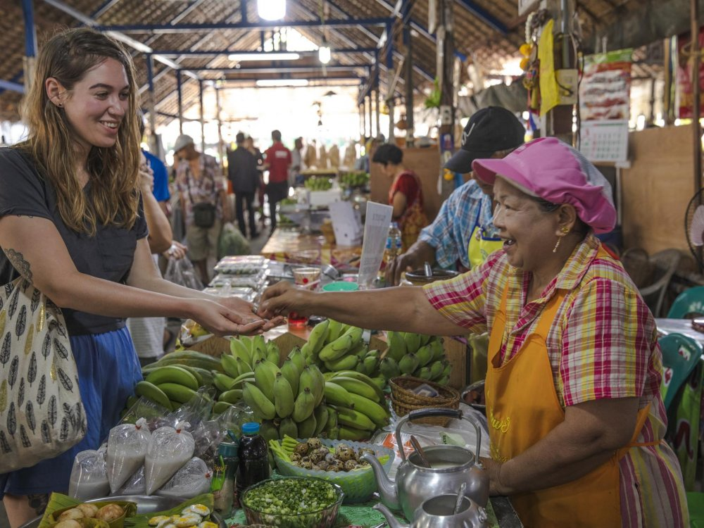 Bangkok Markt Reisende kauft von Marktfrau