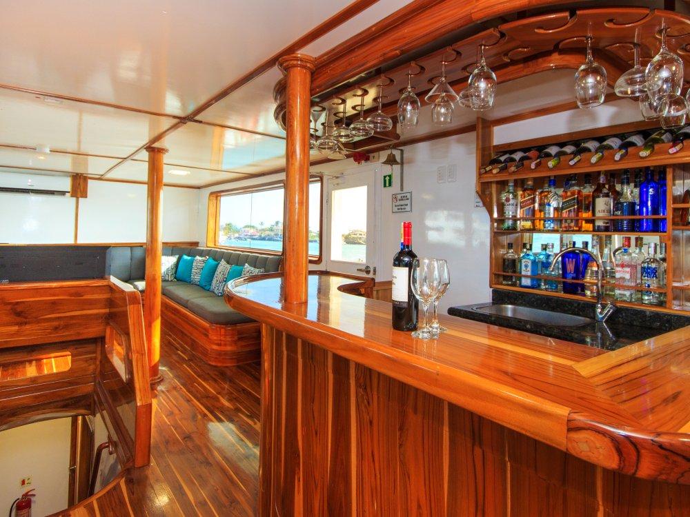 Bar in der Lounge der Yacht Eden